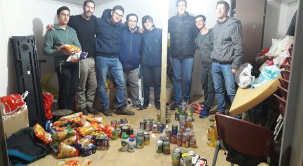 קבוצת נוער אוספת מצרכי מזון למשפחות הזקוקות לו