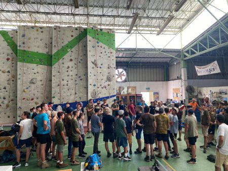 קיר טיפוס במחנה נוער בנים